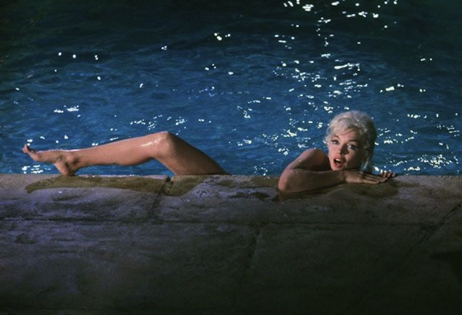 marylin-monroe-in-piscina